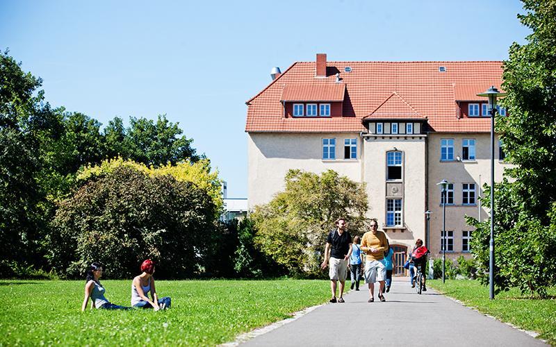 Der Campus Leipziger Straße ist vom Hauptcampus nur fünf Minuten mit der Bahn entfernt