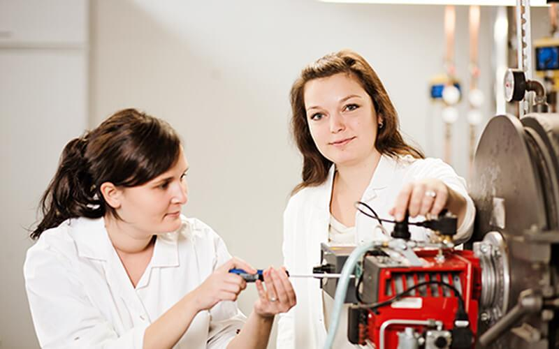 Praktische Anwendung vor Ort - modern ausgestattete Labore