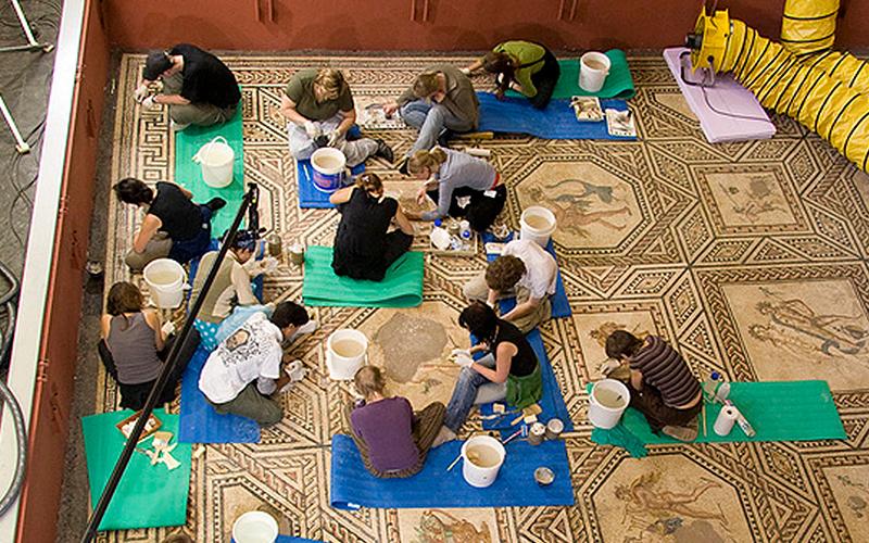 Restaurierung eines beschädigten Mosaiks